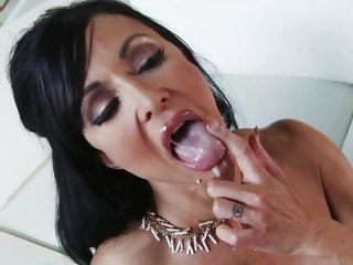 MILF Jewels opens wide for a creamy cumload