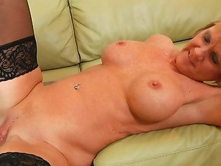 Sex starved mama provides her starving twat for hardcore
